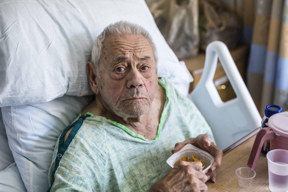 کمک به بیماران در موسسه خیریه