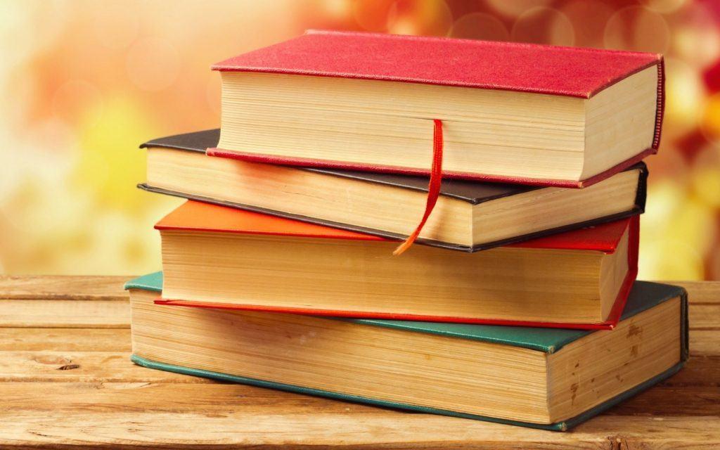 اهدای کتاب به موسسه خیریه